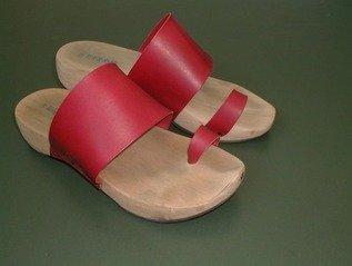 Wanneer je op zoek bent naar de meest comfortabele schoenen, dan kom je al snel uit bij de zogenoemde arcopedico damesschoenen. Of je nu veel loopt tijdens je werk, of dagelijks een blokje omgaat met de hond: je voeten dragen de rest van je lichaam en kunnen daar wel wat ondersteuning bij gebruiken. Maar veel vrouwen vinden het toch moeilijk om de meest comfortabele schoenen te vinden. Want naast comfortabel, willen we toch ook schoenen die er een beetje leuk uitzien. Gelukkig bieden arcopedico damesschoenen niet alleen een goede ondersteuning tijdens het lopen, maar zijn ze ook nog eens voorzien van tijdloze designs en verkrijgbaar in verschillende leuke kleurtjes. De voordelen Het dragen van arcopedico damesschoenen heeft veel verschillende voordelen. Ten eerste zijn de schoenen ontworpen met een modern design waardoor ze niet alleen nog jaren meegaan, maar waarmee ze ook vrijwel met iedere outfit kunnen worden gedragen. Daarnaast zijn arcopedico damesschoenen gemaakt met een anatomisch gevormd voetenbed. Dit voetenbed zorgt ervoor dat je schoenen, tijdens het lopen, genoeg steun aan je voeten kunnen bieden. En de rubberen loopzool zorgt ervoor dat de schoen meer grip heeft op de grond, vloer of straat. Ook als het bijvoorbeeld net heeft geregend.